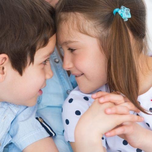 Igrače in tesen stik med otroci sta glavna krivca za prenos otroških bolezni.